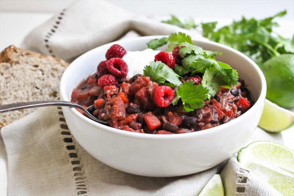 This Raspberry Chipotle Black Bean Chili comes together in less than 30 minutes with just 8 ingredients - perfect for a quick and easy vegan dinner! Recipe via @fannetasticfood