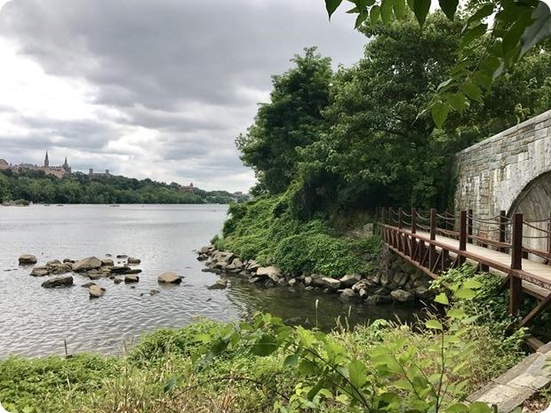hiking along the potomac river in virginia