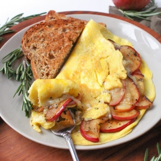 apple cheddar omelette