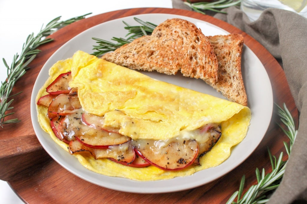 apple cheddar omelet recipe