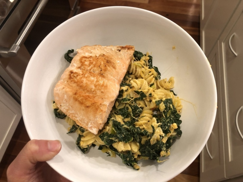 cheesy noodles with kale and salmon