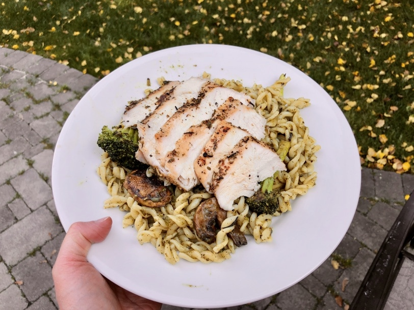 pesto chicken pasta with broccoli and mushrooms